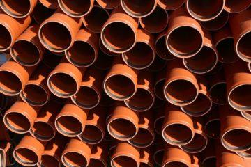 Pomarańczowe rury kanalizacyjne